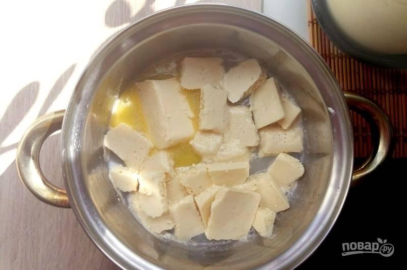 На медленном огне добавьте к молоку шоколад и масло. Когда масло начнёт плавиться, сразу выключайте огонь.