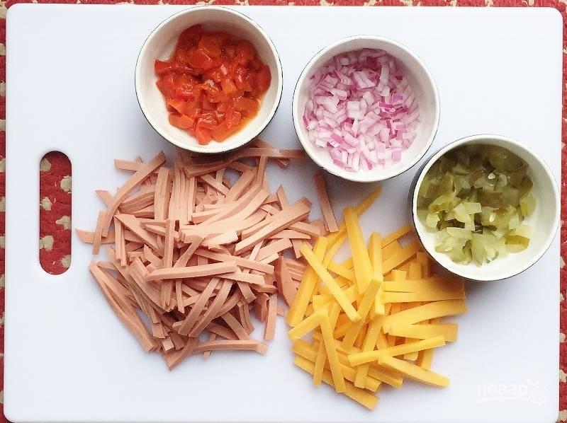 Нарежьте соломкой колбасу и сыр. Огурец. перец и лук нашинкуйте кубиками.