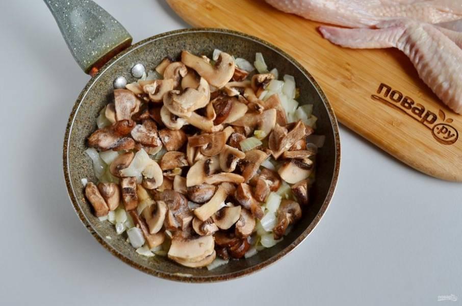 Добавьте грибы и доведите до готовности. Соль, специи по вкусу.