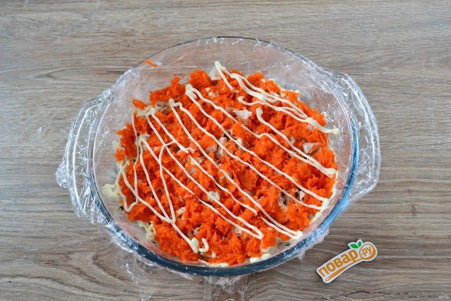 Следующий слой – натертая на мелкой терке морковь и снова майонез.