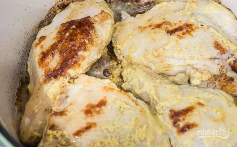 3.Положите курицу в смазанную маслом емкость для запекания. Разогрейте кастрюлю со сливочным маслом и выложите куриные части, обжаривайте с каждой стороны до румяной корочки, не волнуйтесь, если она слишком поджарится. Переложите мясо в тарелку.