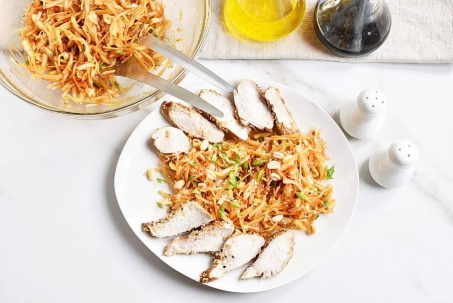Выложите салат в середину большого блюда. По краям выложите нарезанное кусочками обжаренное филе. Подавайте сразу, пока курица теплая, так вкуснее.