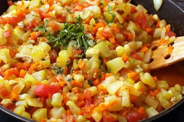2. Готовим до мягкости овощей, затем добавим специи, соль и сахар по вкусу. Перемешаем тщательно.