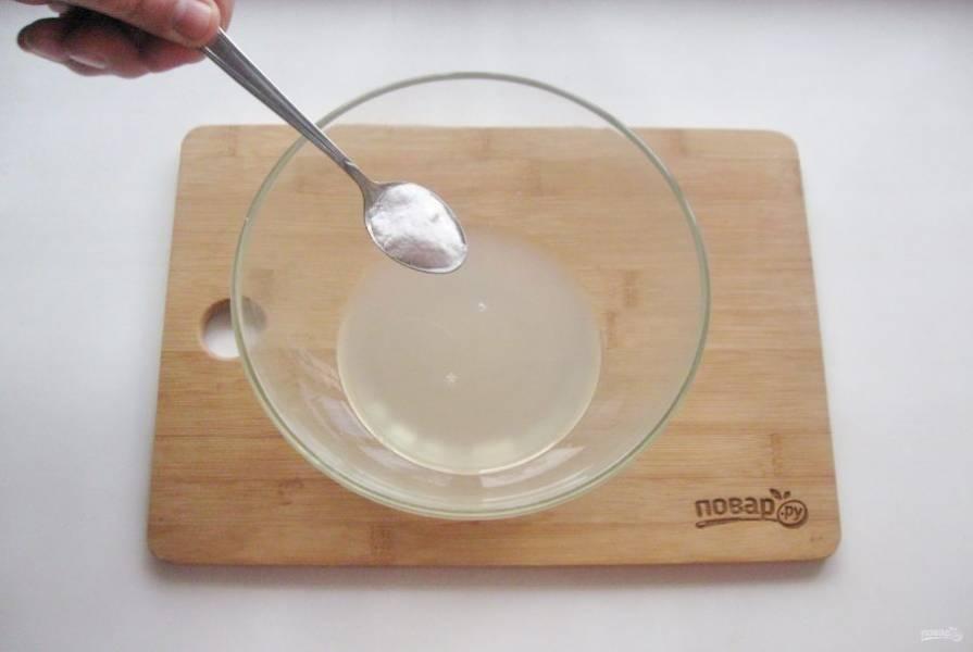 В миску налейте рассол, всыпьте соду.