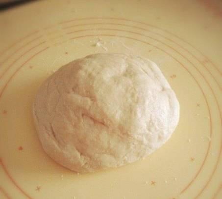 Замешиваем до тех пор, пока тесто не станет эластичным.