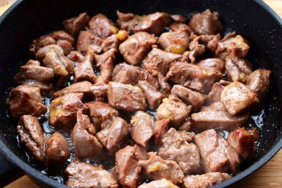 2. В сковороде разогрейте 2 ст. л. оливкового масла и на сильном огне быстро обжарьте кусочки мяса до румяной корочки. Сложите мясо в теплую емкость, накройте крышкой.