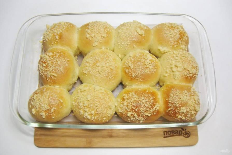 Выпекайте булочки в духовке, заранее разогретой до 175-180 градусов, 35-40 минут.