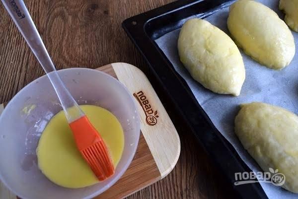 9. Разогрейте духовку до 180 С. Смажьте пирожки взбитым яйцом и запекайте в духовке в течение 20-25 минут до румянца.