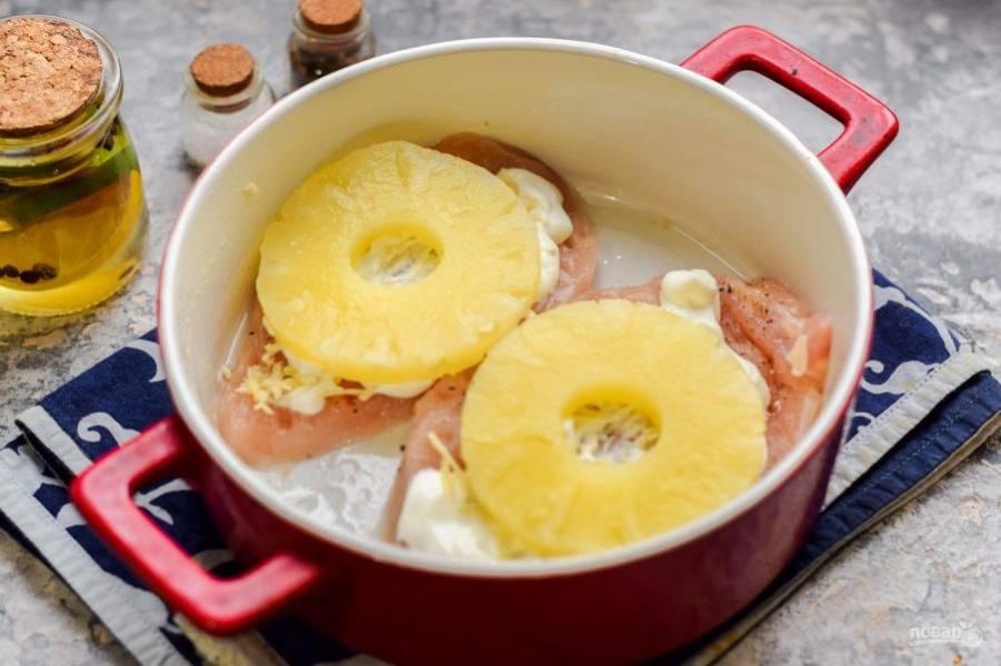 На каждый кусок курицы выложите кольцо консервированного ананаса.