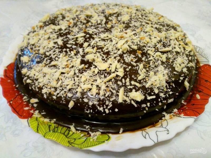 """Поместите на слой крема второй коржа, а затем смажьте верх и бока торта оставшимся шоколадным кремом. По желанию декорируйте медовый торт """"Трофейный"""" стружкой из белого шоколада. Дате торту настояться в холодильнике в течение 2 часов. Приятного чаепития!"""