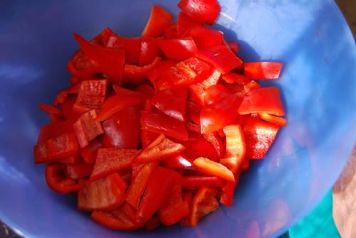 1. Болгарский перец вымыть, просушить и очистить от семян, хвостиков, сердцевины. Нарезать перец можно тонкими полосочками или кубиками - это по желанию хозяйки.