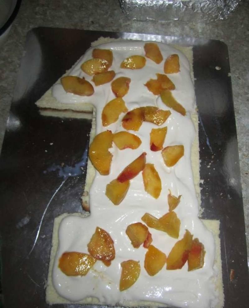 5. Выложить слой нарезанных персиков. Можно использовать консервированные или свежие ягоды, фрукты.