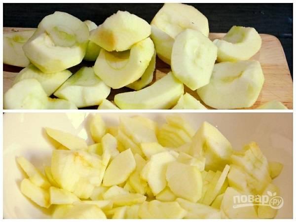 2. Яблоки очистите от кожуры и сердцевины, нарежьте тоненькими ломтиками или кубиками.