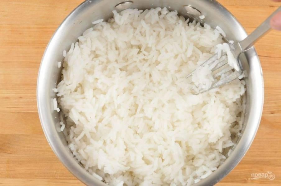 1. В кастрюле доведите до кипения 420 мл воды, щепотку соли и промытый рис. Затем варите его 20 минут на небольшом огне.