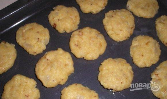 Из теста сделайте печенье. Уложите его на противень.