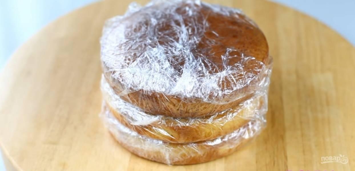 """1.Для основы возьмите бисквит с манкой. Можно заменить его на любой масляной бисквит. Этот я выдержала в холодильнике, чтобы коржи остыли и стали немного твердоватыми. Рецепт бисквита можно найти на нашем сайте под названием """"Бисквит с манкой""""."""
