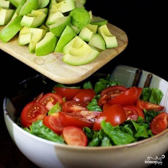 Авокадо очищаем от кожуры, нарезаем чуть мельче помидора и добавляем в салат.