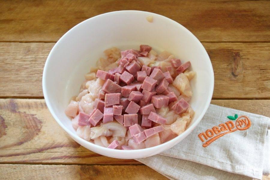 Нарежьте кубиками ветчину. Добавьте к мясу.
