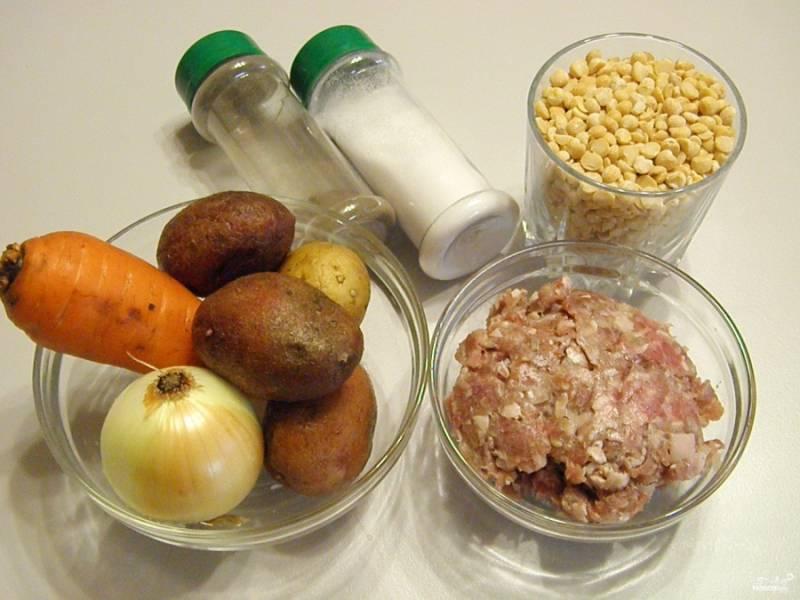 Приготовьте продукты для супа. Поставьте воду на огонь, доведите её до кипения, посолите. Мясной фарш смешайте с половинкой луковицы, солью и перцем молотым. Если фарш сухой, то вбейте в него яичный белок.