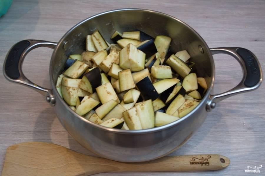 В кипящий маринад поместите нарезанные баклажаны. Помешивая, варите их 10 минут. Выключите.