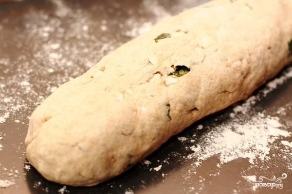 Из получившегося теста формируем продолговатый батон. Выкладываем батон на противень, слегка присыпанный мукой, и даем минут 20 постоять, после чего верх батона слегка смазываем оливковым маслом.
