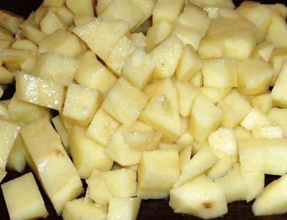 Порежьте картофель.