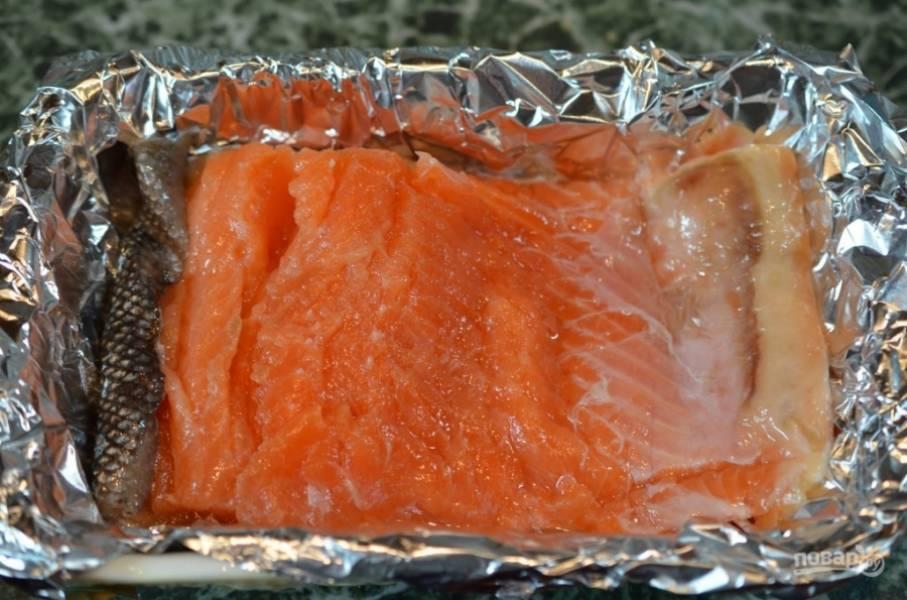 Рыбное филе проверьте на наличие костей и при необходимости извлеките их. Выложите рыбу на застеленный фольгой противень и приправьте солью и перцем с обеих сторон.