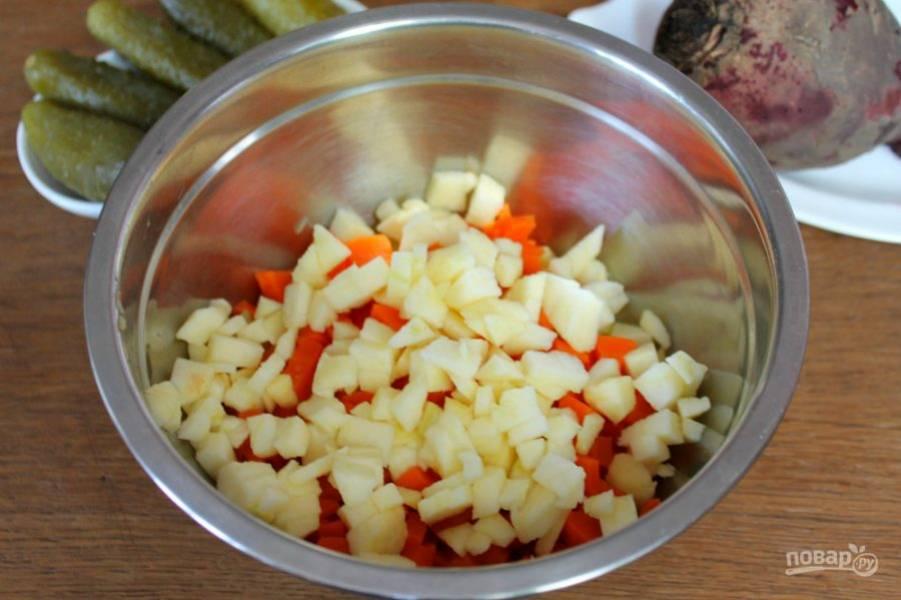 Яблоко чистим, режем и высыпаем в миску к овощам.