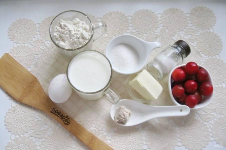 Подготовьте ингредиенты для приготовления пирога с алычой.