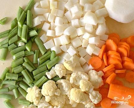 Овощи для супа моем, чистим и режем. Цветную капусту разбираем на соцветия, чеснок измельчаем ножом.