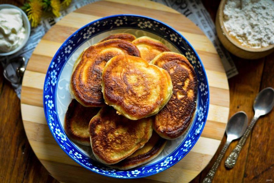 Готовые оладьи подавайте к столу в горячем виде. Дополнить их всегда можно сметаной или вареньем. Приятного аппетита!