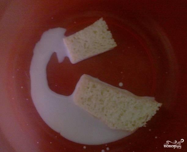 1. Рецепт приготовления гречки с котлетами в мультиварке следует начать с фарша. Сперва необходимо замочить хлеб в молоке (или в воде) на некоторое время.