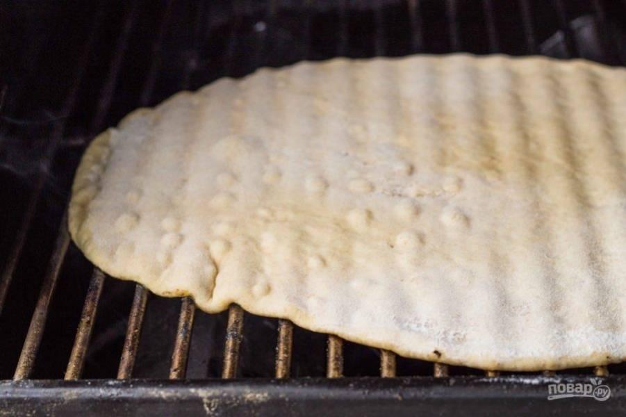 3.Выложите тесто на решетку, можете запекать его в духовке при 180 градусах около 15 минут или на раскаленном гриле.