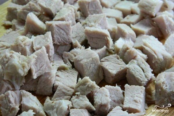 Заранее отварите свинину до готовности в подсоленной воде. Затем остудите ее и нарежьте кубиками одинакового размера.