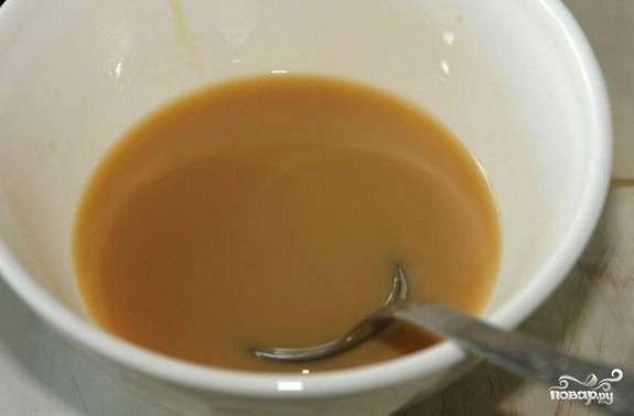 Для пропитки смешайте ликёр, воду и 2 ст. ложки сахара. Пропитайте жидкостью все коржи.