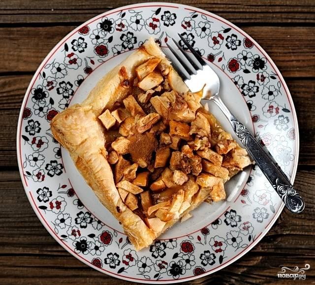 Открытый яблочный пирог из слоеного теста