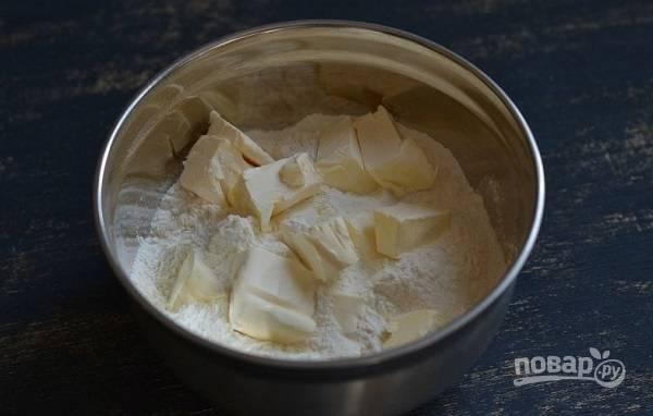 1. Просеянную с солью муку соедините в мисочке с холодным сливочным маслом.