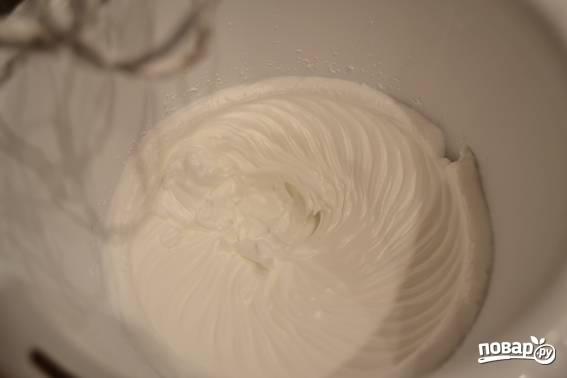 2. Белки со щепоткой соли и оставшимся сахаром взбейте до плотных пиков.