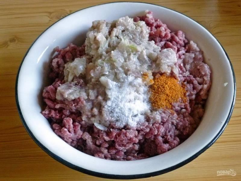 Начнем с приготовления фарша. Куриное филе пропустите через мясорубку. Смешайте мясной фарш с луком, солью и специями.