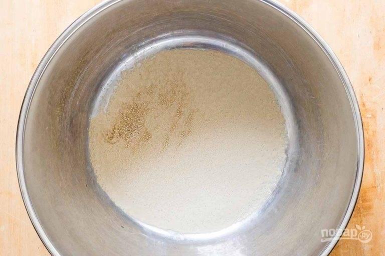 1.В сотейник налейте теплую воду и добавьте дрожжи, перемешайте, оставьте на 5 минут.