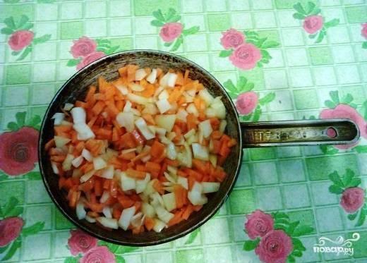 Пока капуста варится, мы очистим другие овощи. Лук и морковь я нарезаю небольшими кусочками, хотя морковку можно просто натереть на терке.