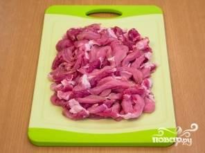 Мясо нарежьте тонкими длинными кусочками.