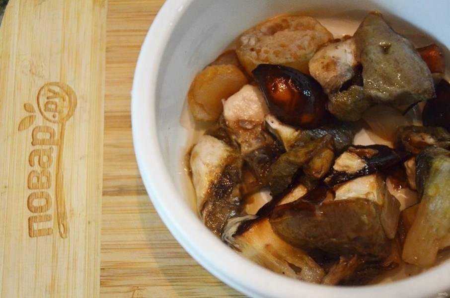 Грибы помойте, нарежьте. Если грибы замороженные, разморозьте, если сушеные, замочите в горячей воде.