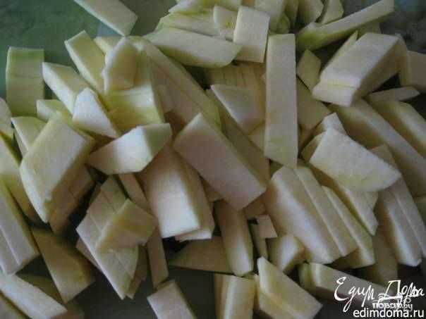 Кабачки вымойте и очистите от кожуры. Затем нарежьте их небольшими кубиками или полосочками. Лучше брать молодые овощи, в которых еще нет крупных семян. Они готовятся быстрее и получаются более нежными на вкус.