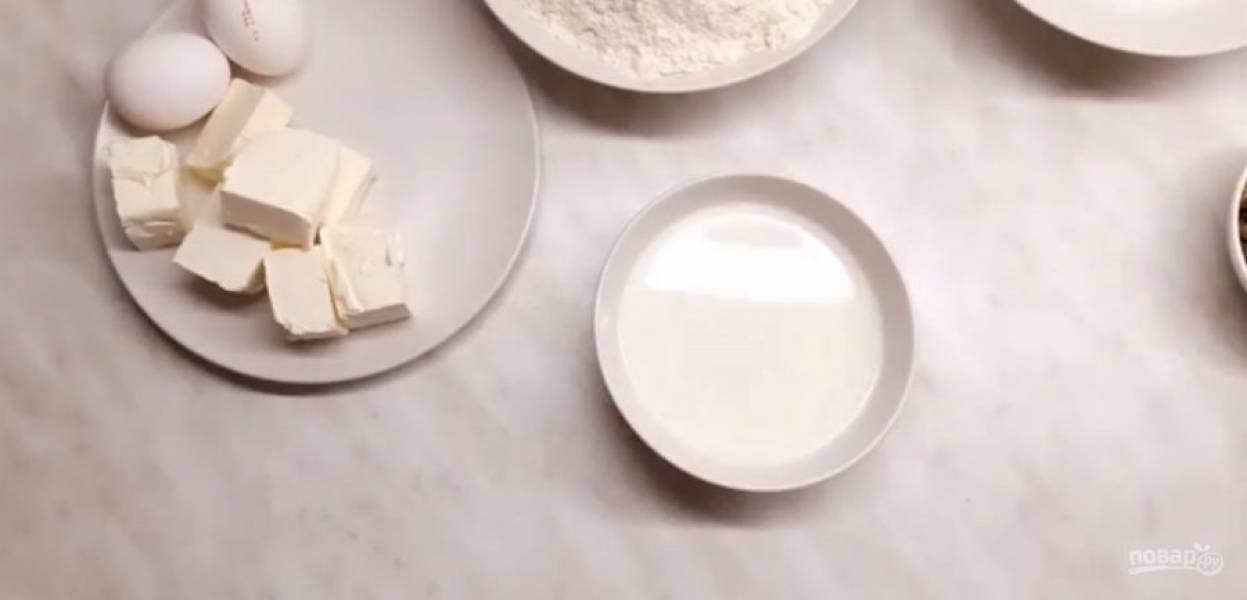 2. В небольшое количество теплого молока добавьте пару ложек сахара, высыпьте туда дрожжи. Поставьте миску с дрожжами в миску с теплой водой.