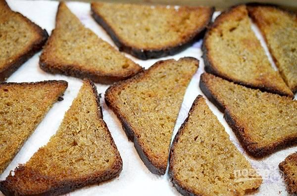 Обжарьте с добавлением масла, затем выложите на бумажное полотенце, чтобы впитался лишний жир.