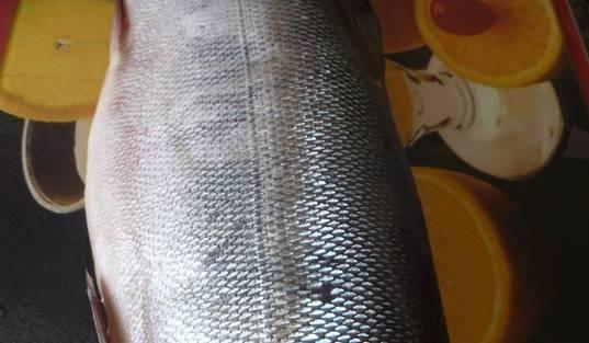 В это время разделаем рыбу. Целую рыбу разрезаем по брюшку, выпотрошим, отделим хребет и отделим филе от кожи.