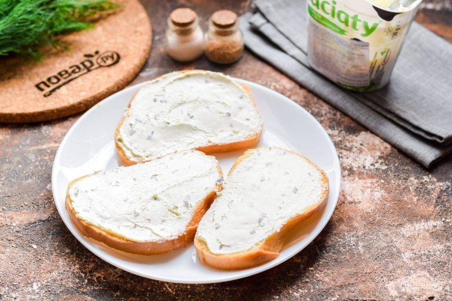 Смажьте ломтики хлеба сливочным сыром.