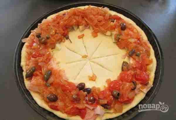 7.Сверху уложите приготовленный лук с помидорами, каперсами и маслинами.