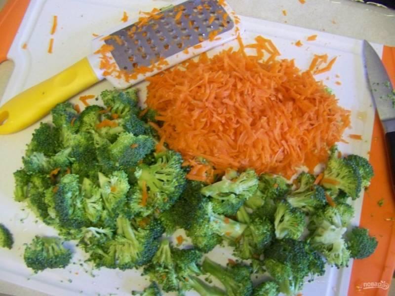 Отварите куриную грудку и макароны, остудите. Разберите на соцветия капусту брокколи, нарежьте мелко лук и натрите морковь.